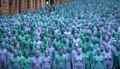 3.200-personnes-posent-nues-et-peintes-en-bleu-en-Angleterre